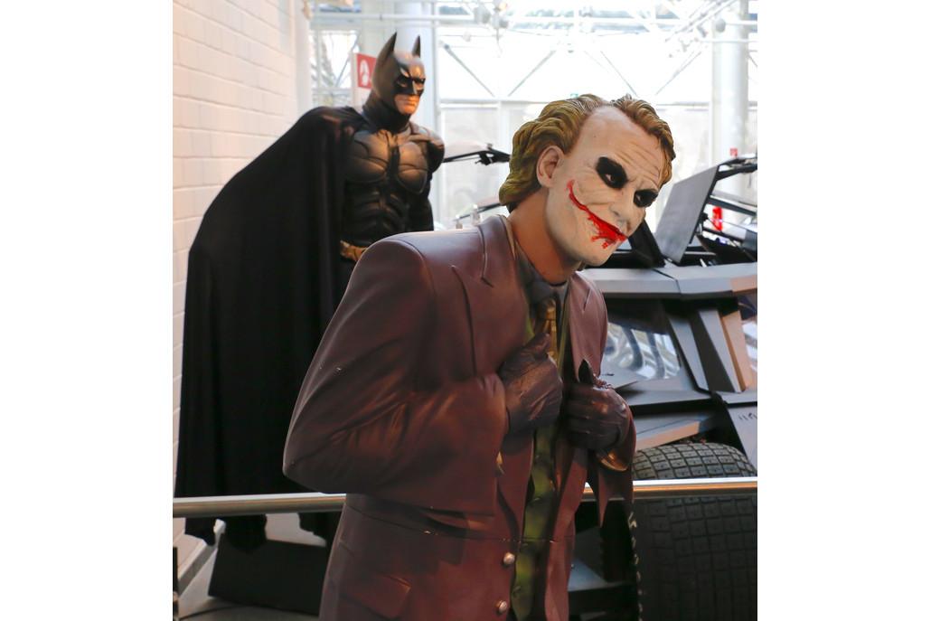 Batman und Joker vor ihrem Filmauto